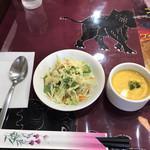ザ・ビレッジ - セットのサラダとかぼちゃのスープ。スープが絶品!スープは日替わりです。