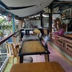 川の駅 松平 - 桟敷のテーブル席の様子