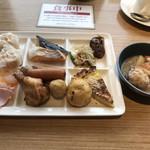 武藏 - 朝食ビュッフェ2800円。海鮮しゅうまい、タコ団子汁、焼きがんもなど。お好み焼きは、何の変哲もありませんが、やめられない止まらない(笑)。たこ焼きかと思ってトングで掴んだらがんもでした(笑)