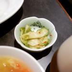 中國菜 四川 雲蓉 - 付け合わせの搾菜なんだけど       塩気は控えめだし       色合いもグリーンだし       もしかしたら自家製なのかな?       わからんけど。。