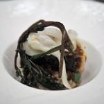 スゥリル - 鮭のミキュイ 焦がしバターのソース(ブールノワゼットのソース) 赤米のリゾット 白イカ ツルムラサキ