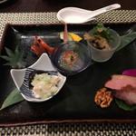 ホテルオークラ 中国料理「桃花林」 - 前菜。じわじわ呑みながら楽しみたい。特に真ん中のクラゲのお刺身のコリっとした食感と甘酸っぱさが気に入りました。右のほうの舞茸の下にはサザエが。鴨と豚のチャーシューはジュワッと、からしをつけてまた旨し。