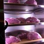 今福 - いきなりのお肉の保冷庫 入口入って階段のすぐ右手にあります!