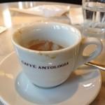 CAFFE ANTOLOGIA - 飲んだあとのエスプレッソ、スプーンでさらう人も。