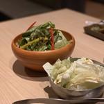 焼肉 すき焼き 純 - お通しのキャベツと「純」サラダ