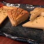 日本酒chintara 燻ト肉 - 燻製チーズ(モッツァレラ・カマンベール・プロセスチーズ)