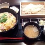 やきとり 鶏陣 - 親子丼+稲庭うどんハーフ(1155円)