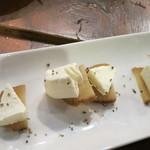 煮込みビストロ 笑う門 - いぶりがっこチーズ