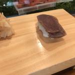 入船寿司 - お楽しみ寿司10000円。づけ。色合いからの想像とは異なり、しっとりして、塩気も強くありません。赤身の旨さを引き出しています(╹◡╹)