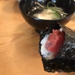 入船寿司 - お楽しみ寿司10000円。とろたく手巻き。皮がついた部位から身を削ぐところから始まります。ブツに近いトロがたーっぷり( ◠‿◠ ) とーっても美味しくいただきました(╹◡╹)(╹◡╹)