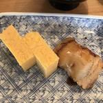 入船寿司 - お楽しみ寿司10000円。穴子と玉子。穴子はしっかり目に炙っていますが、柔らかくふわふわです(╹◡╹)