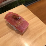 入船寿司 - お楽しみ寿司10000円。大トロ。にんにく醤油を添えて。大トロからも、ちゃんとマグロの旨味を感じます(╹◡╹)。もちろんとろけるような食感です(╹◡╹)