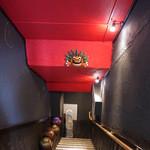 琉球・梅酒ダイニング てぃーだ - 階段にお面
