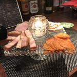赤羽HAZE - 燻製肉の盛り合わせ。       美味し。