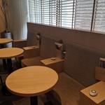 Caffice - [内観] 店内 テーブル席 (電源あり) ②