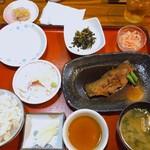 小魚阿も珍 - 料理写真:日替り定食、あもちんよくばり定食。(980円税別) カレイの煮付け