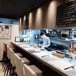 欧風食堂 曽和料理店 - 内観写真:店内はモダンでシンプルなセンス良さ、1つだけ真っ赤なカウンター席も可愛い!