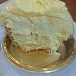 114756713 - トロピカル系のケーキの断面。                       何層かありますね。