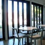 カフェ ダール - 硝子張りの店内。庭園を望む静かな環境