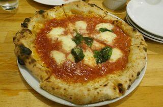 ピッツェリア アッローロ - 続いて、窯焼きなスタイルの「マルゲリータ」が登場!