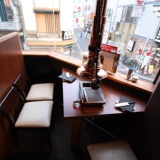 【デートや記念日に】窓際のカウンター席は雰囲気抜群!