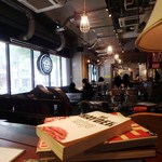 HangOut HangOver - だだっ広い店内