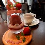 114791142 - イチゴのパフェと紅茶
