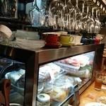 ITALIAN BACARO GRATO - 小さな冷蔵ショーケースには美味しそうな食材がいっぱい