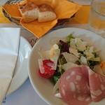TRATTORIA L'AMATRICIANA - パルミジャーノチーズの有機野菜ミックスサラダ