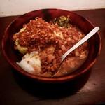 114811964 - ケニックカレー+魯肉飯 温泉玉子トッピング ¥1,300-