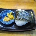 麺龍 - セットのチャーシューおにぎりとタクアン
