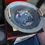 神楽坂 龍公亭 - 店頭にある龍鳴鍋。共振させて「龍を大地に呼ぶ」という摩訶不思議な鍋で、自由に試すことができるんやで