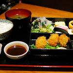 11485262 - 季節の猿蔵弁当 カキフライとブリ刺身(980円)