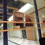 マノス カフェ - 壁際にはいろんな雑誌や書籍が。