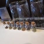宝石 - テーブルにはスパイスの小瓶も・・・