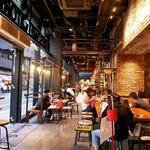 オーサム ストア&カフェ - 店内奥は雑貨屋と繋がっています