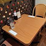 チャンパー - [内観] 店内 テーブル席 ②