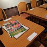 チャンパー - [内観] 店内 テーブル席 ③