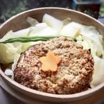 博多せいろ屋 樹々杏 - 黒豚ハンバーグ・・せいろ蒸しで出されます。 下にはキャベツや白菜がタップリ、インゲンも。 蒸してあるので、お野菜は柔らかい。