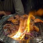 堅田酒場 情熱ホルモン - 炭で焼いて余分な脂を落とします