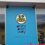 ワンズ オウン ウェイ - ブルーの看板が目印