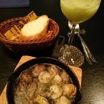 バー ヤナギ - ホタテと砂肝のアヒージョ+バゲット