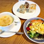 114950444 - スープ、パン、サラダはブッフェ形式のランチ