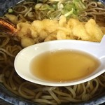 114953053 - 先ずは出汁おばラーメンのレンゲで                                              いざ!                                                                     んんんーーー色目の通り、薄味の出汁。                                              『東京亭』なんだから蕎麦は黒い東京のであって欲しい・・・