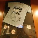 しろくまカフェ - 飾ってあるサイン入りTシャツ