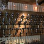 クラフトマン - 壁一面にはクラフトビールの注ぎ口が並ぶ