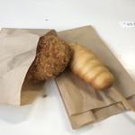 鳩待峠休憩所 - 料理写真:黒毛和牛コロッケ、串揚げソーセージまん