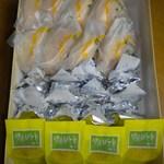 梅家 - 箱の中は3種類のお菓子