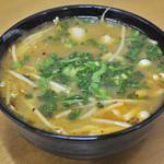 11498887 - ライス・ヌードルセットのチクィッテオ・ガイ・タイスキ(チキンタイスキヌードル)スープの中には骨付きチキンが入っています。