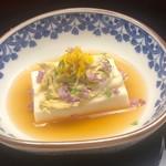 なかむら - 胡麻豆腐と上にヒシガニ、紫蘇の花、菊の花